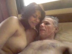 زوجة خاينة وشرموطة بتتناك من حماها العجوز على السرير بقوة وافترى