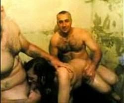 اثنين رجالة مع شرموطة واحدة نزلين فية نيك من الاخر واهات جامدة