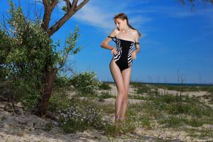 Elle-Beach-Day-With-A-Friend--x6uta75t4r.jpg